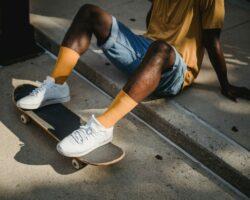 Kurztipps, wie man weiße Sneaker wieder sauber bekommt